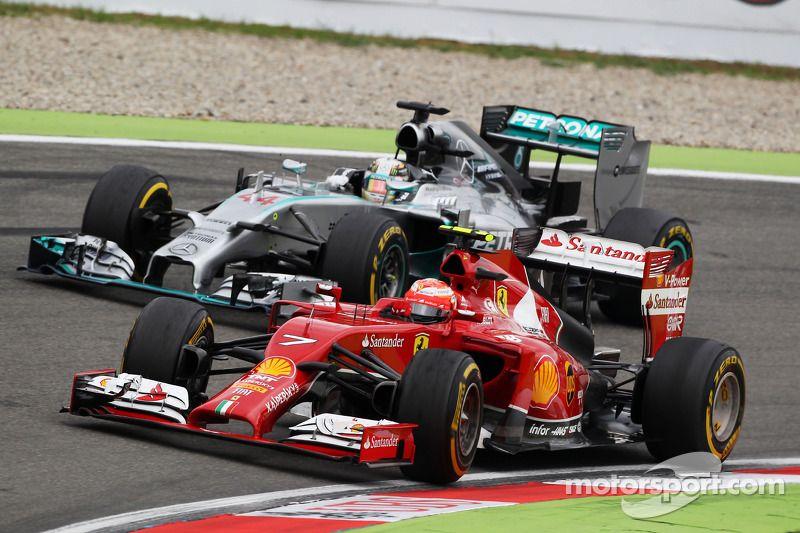 Kimi Raikkonen Ferrari F14 T And Lewis Hamilton Mercedes Amg F1 W05 Battle For Position Con Imagenes Carreras De F1 Carreras Ejercito
