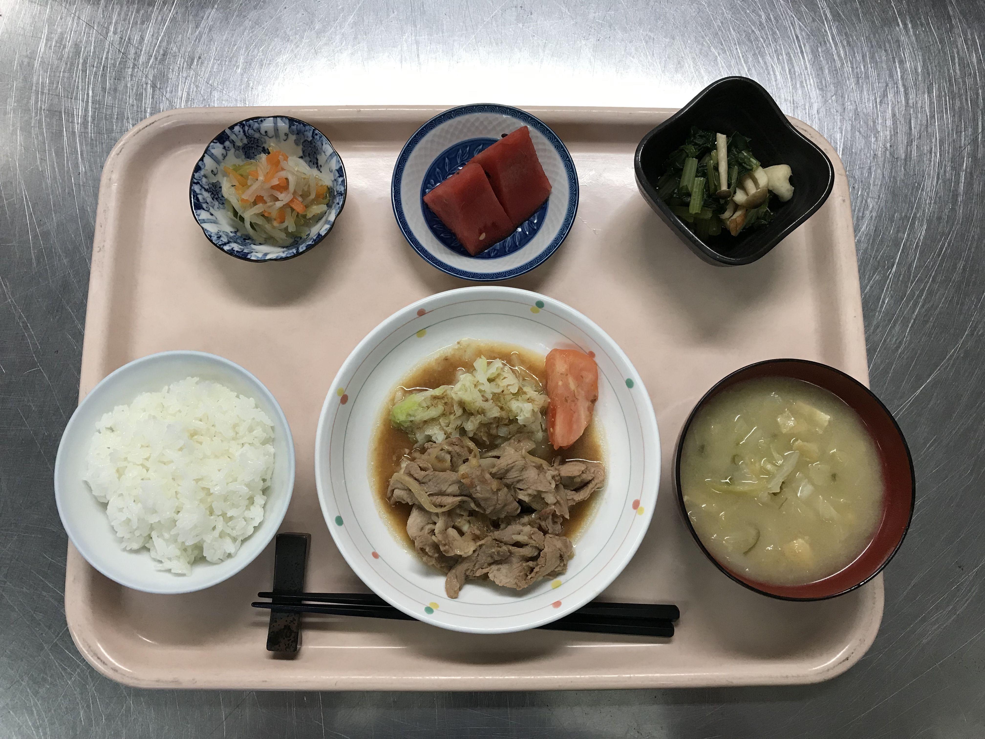 豚肉の生姜焼き、小松菜と竹輪の煮浸し、華風酢の物、キャベツと揚げの味噌汁、スイカでした!豚肉の生姜焼きが特に美味しかったです!608カロリーです
