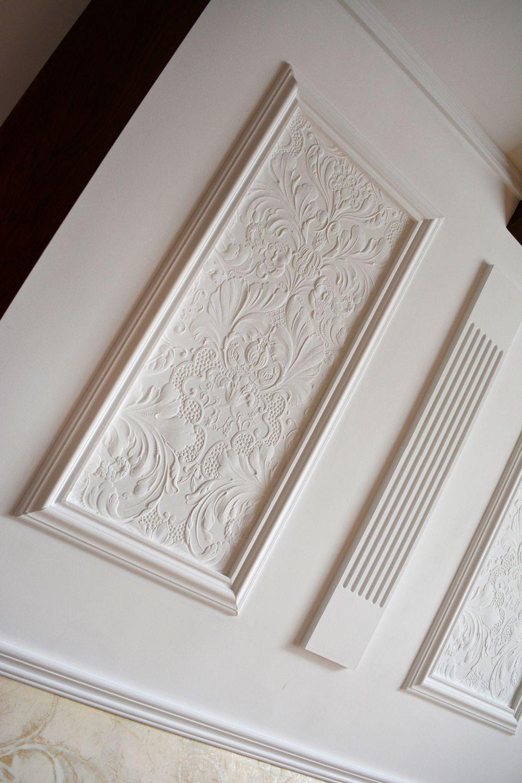 Барельеф линкрусты на стенах классического интерьера спальни.