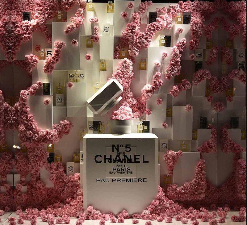 Декор витрины с парфюмерией фото