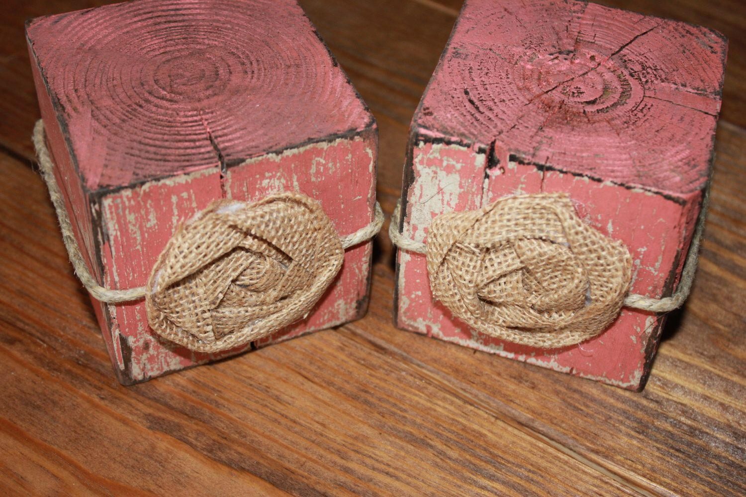 Set of 2 shabby chic & rustic 4x4 blocks. Hand-painted, distressed, and glazed blocks, wrapped in twine and adorned with burlap rosettes. door PrettyandRustic op Etsy https://www.etsy.com/nl/listing/209759952/set-of-2-shabby-chic-rustic-4x4-blocks