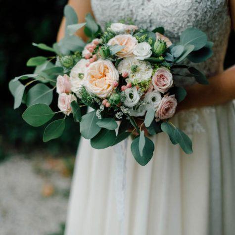 Bouquet de mariée style anglais : renoncule, eucalyptus, rose de jardin