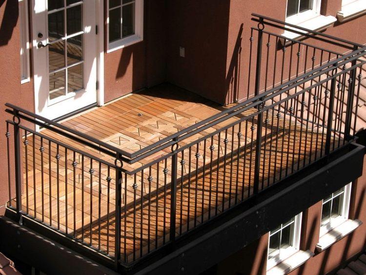 Balkon fliesen holz klein praktisch metallgelaender terrassentuer