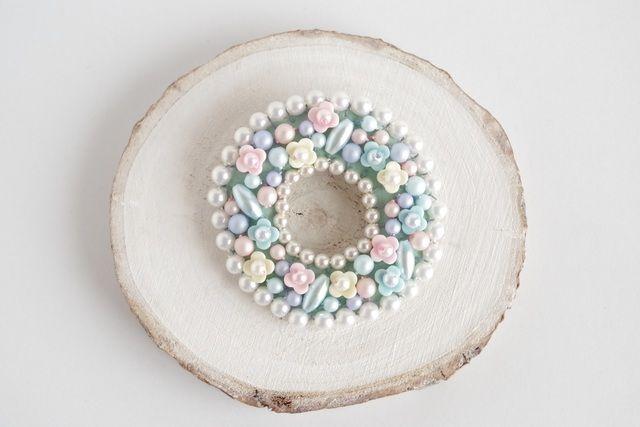 パステルカラーのお花やビーズがギュッと詰まった、小さなお花畑のリースブローチ。シンプルなお洋服や、バッグ、ストールにどうぞ❁ #minne本日のおすすめ