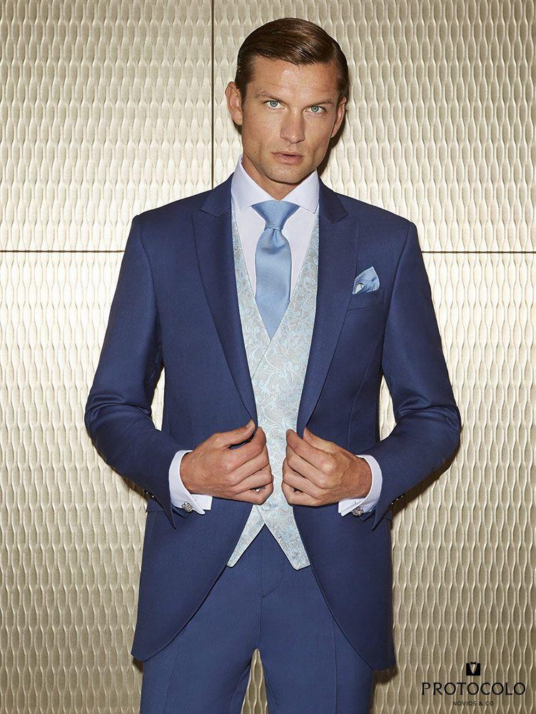 e66ba1580244d Traje azul corte slim con chaleco celeste modelo Rit Bosco con estampado  cashmere y corbata en