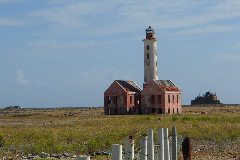 De (verweerde) vuurtoren van dit eiland. Op de achtergrond een gestrand schip. Meer weten over deze bestemming? http://to.kras.nl/pinterest_curacao