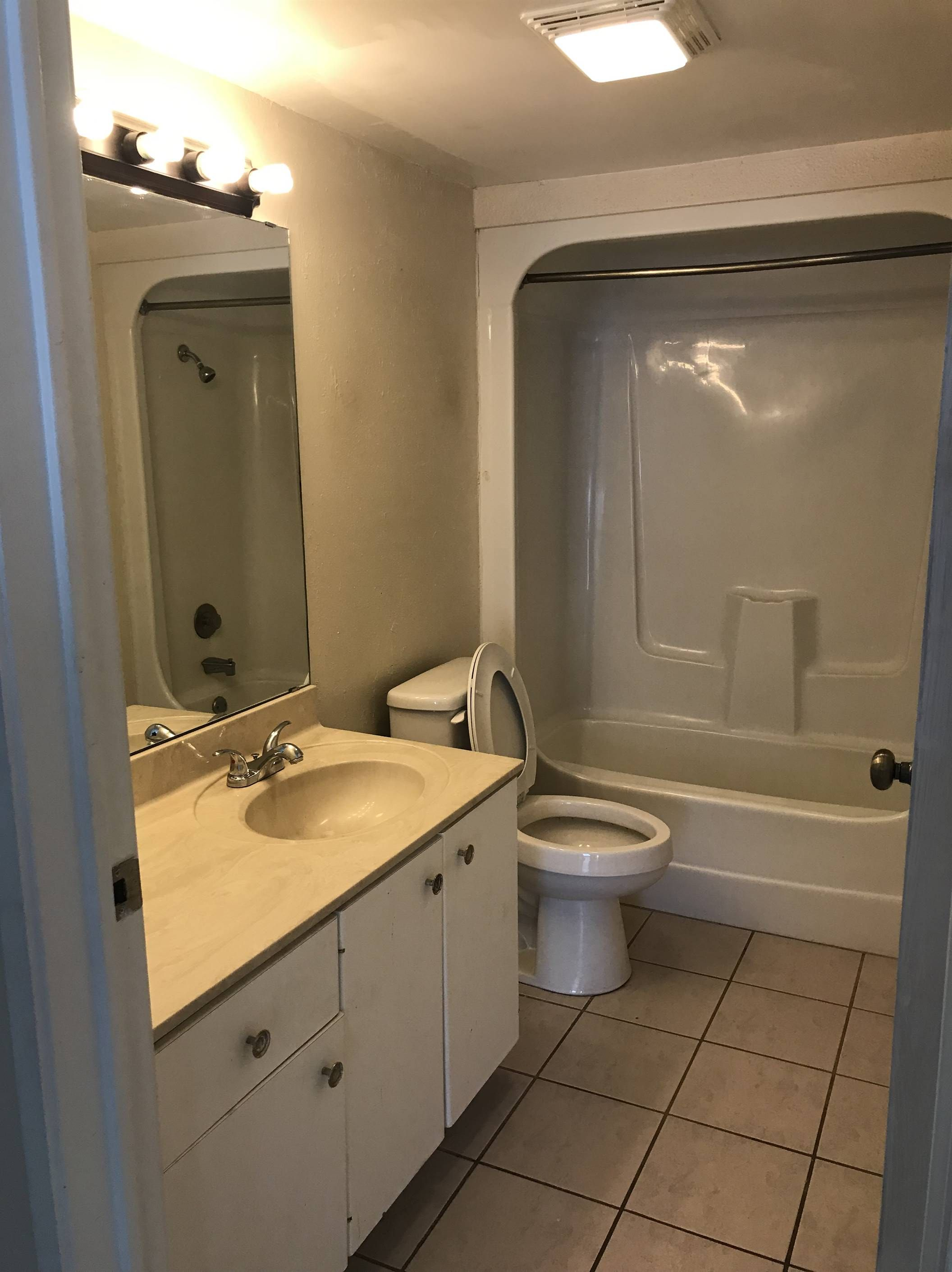 Newly Remodeled Two Bedrooms Two Bath Apartment Located At 915 S Seminole Drive Chattanooga Tn Bath Apartments Chattanooga Apartment One Bedroom Apartment