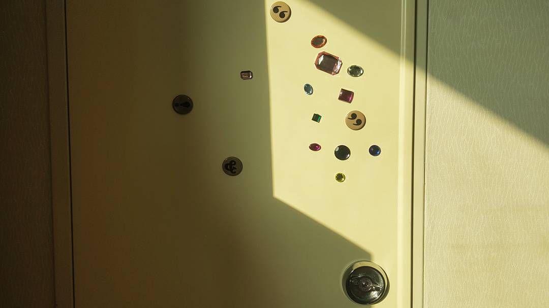 못생긴 문에 예쁜 자석 붙이기. 넌이제 이뻐. #셀프인테리어 #자석 #반짝반짝 #꺄