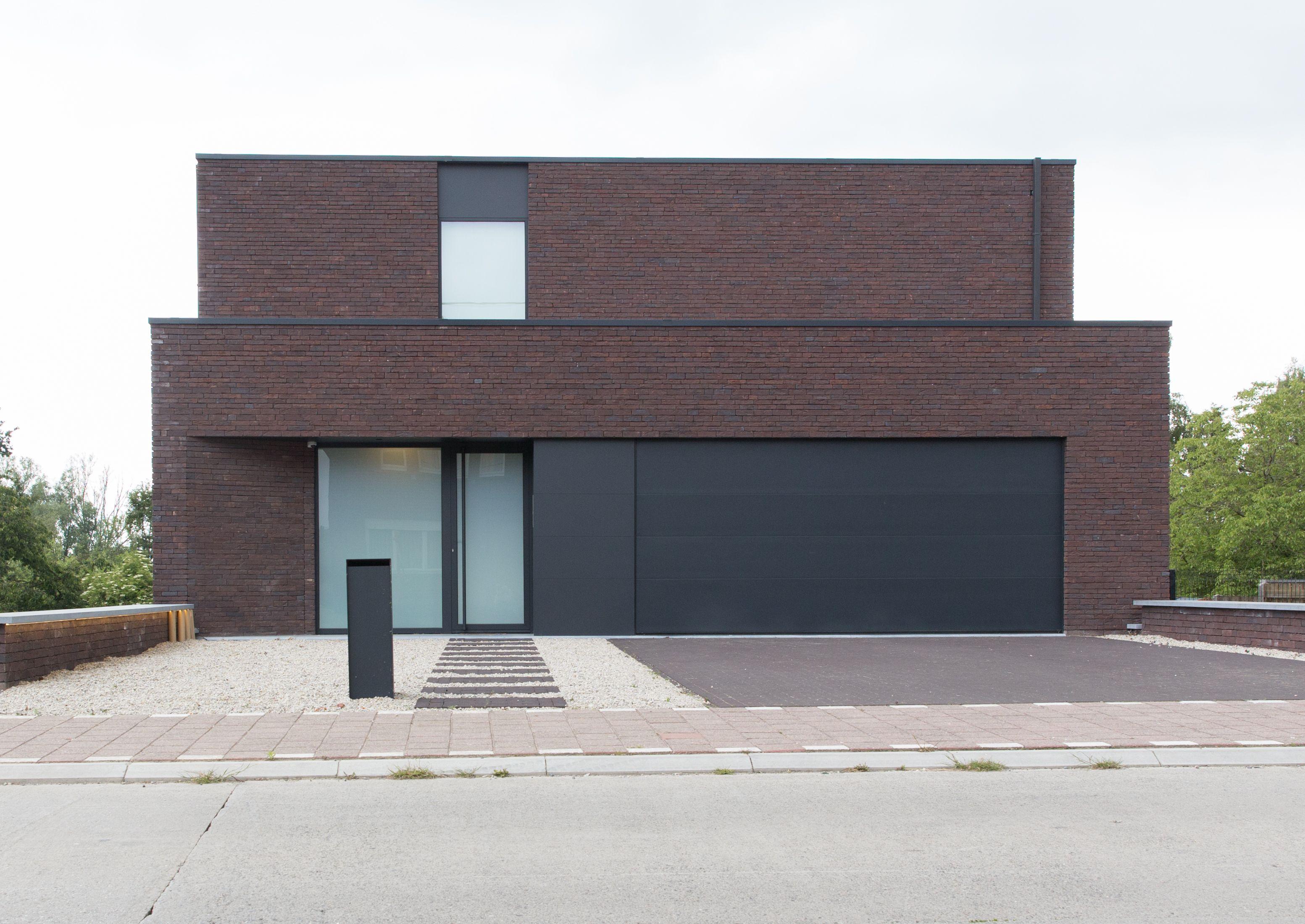 Moderne villa met gesloten voorgevel voor maximale privacy for Moderne villa