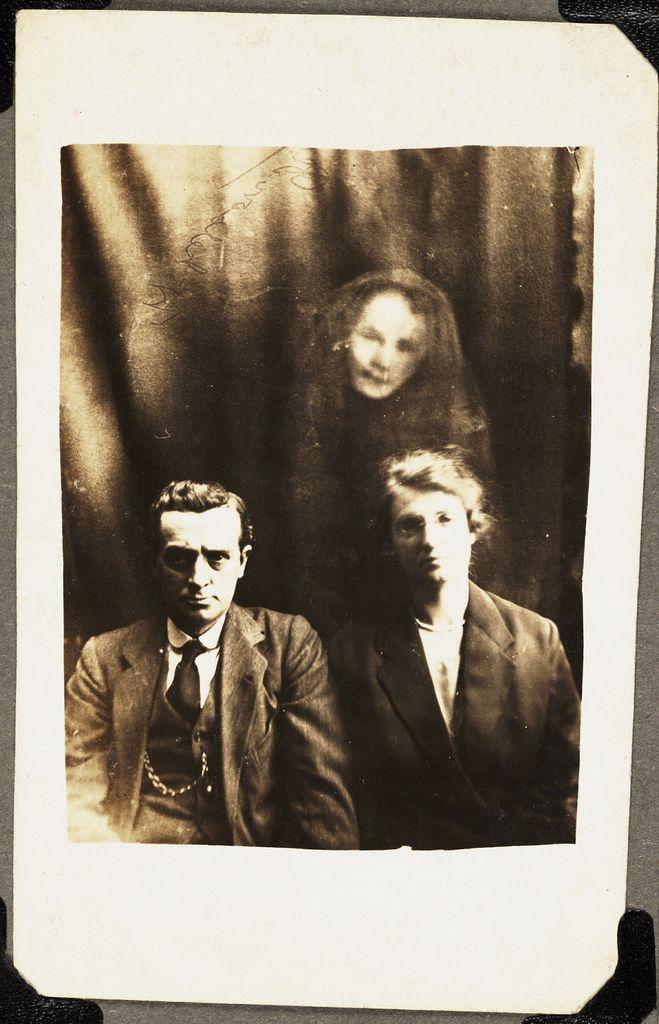 Les portraits accompagnés de fantômes sont l'oeuvre de William Hope, né en 1863 en Angleterre, il prétendait être un médium capable de figer sur des photographies les esprits des membres décédés de la famille de ses sujets.