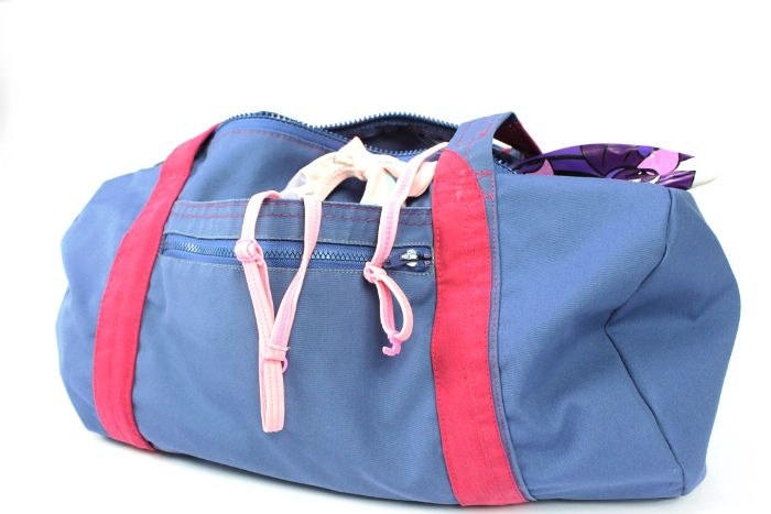 Recycle an old jacket to sew a practical DIY gym bag! This fun weekend project will save you time AND money, since you'll be able to reuse a few parts already sewn on the jacket (like zippers and pockets) instead of sewing them from scratch. Get the full step-by-step photo tutorial here.