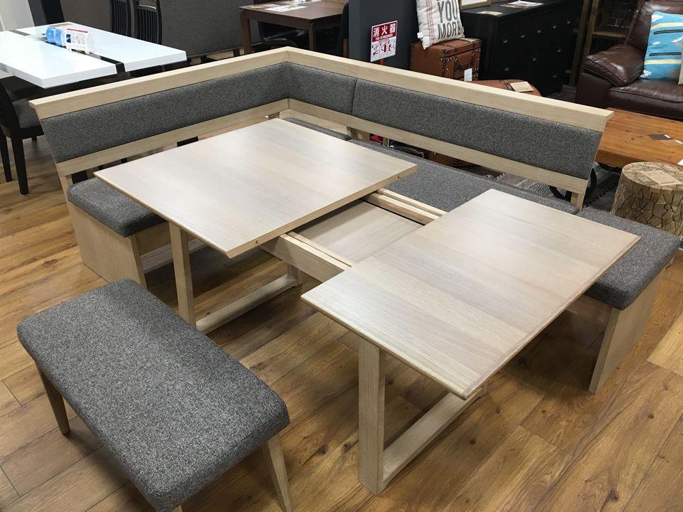 最近の人気商品です リビングダイニングセットで 伸縮するテーブルにl字型のイスがとても好評です お部屋に合わせて配置が自由 お客様が来た時 人数に合わせて広々使える ベンチはテーブルの下に収納可能 ファブリックは撥水加工 おー素晴らしい 小倉店に