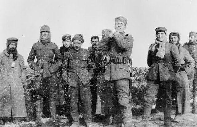 ¿Qué parece?  Un grupo de soldados posando para una fotografía durante la Primera Guerra Mundial.
