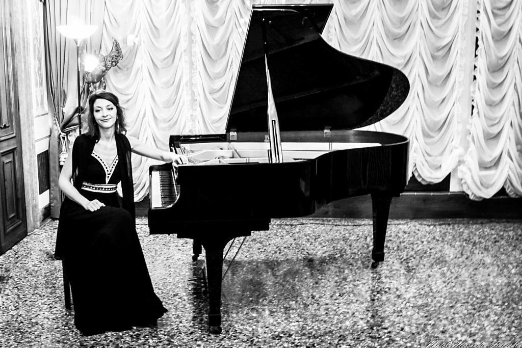 Ramona Elena Munteanu Concert Pianist