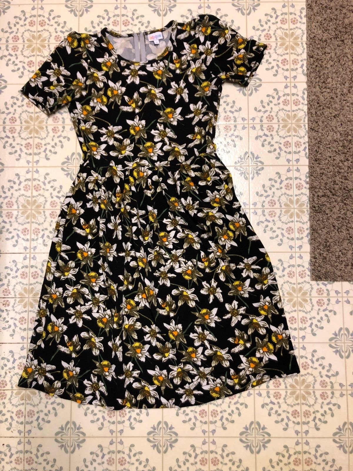 Black Dress Has Pockets Zips Up The Back White And Yellow Flowers Like New Without Tags Dresses Dresses With Sleeves Black Dress [ 1600 x 1200 Pixel ]