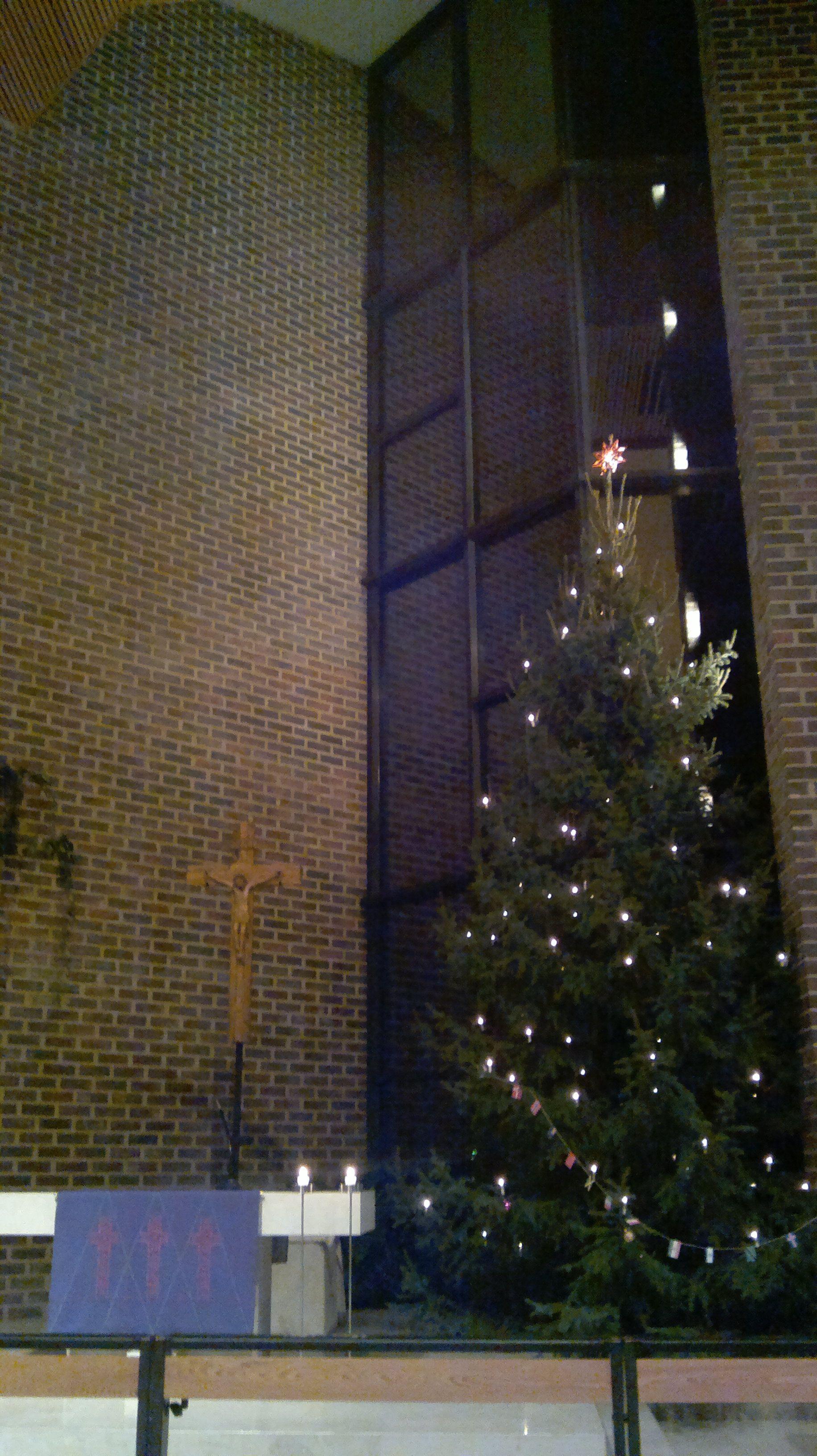 kirkko sisältä jouluna 2011