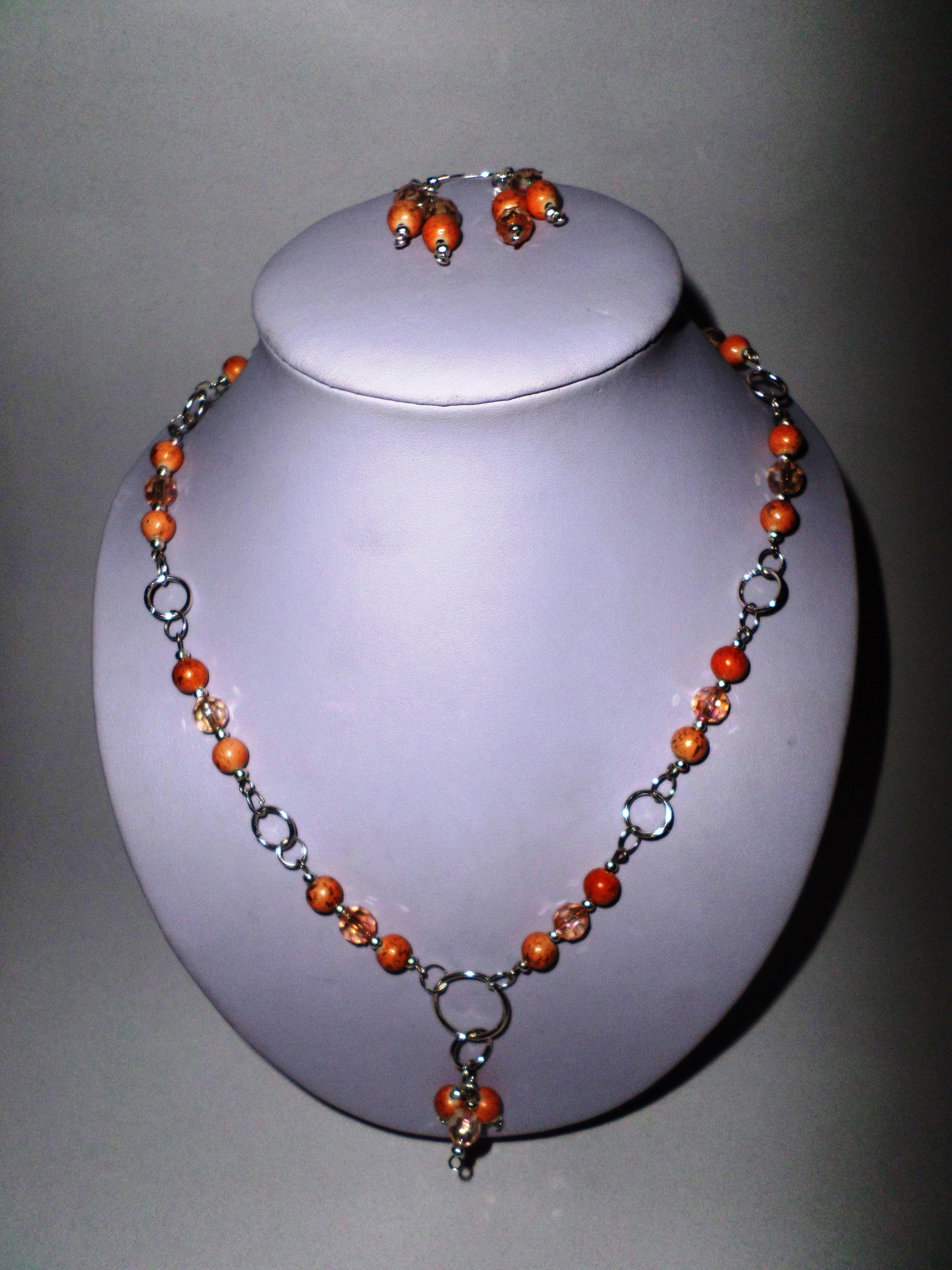 c5a8234ef462 46. Juego de aretes y collar de piedras naranjas con cadena plateada ...