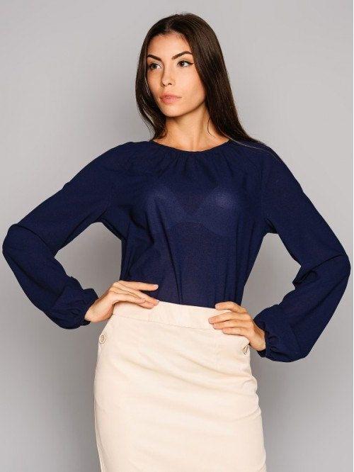 Blusa azul escuro.  Blusa Office.  Blusa da mulher de negócio.  Blusa de chiffon.
