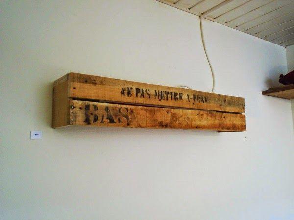 Muebles de palets l mpara r stica para la pared con un - Lamparas con palets ...