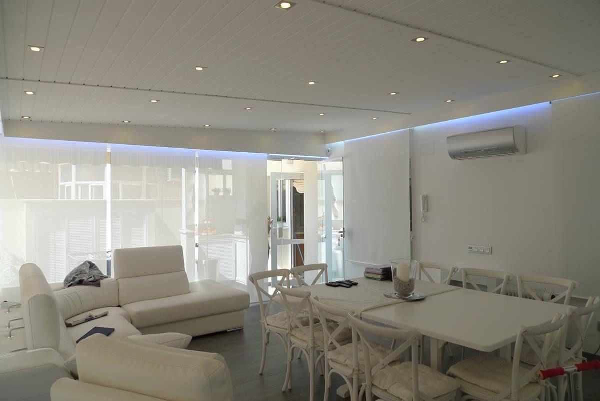 Coberti ampliaci n de vivienda con techo de madera blanco for Tejados madera blanca