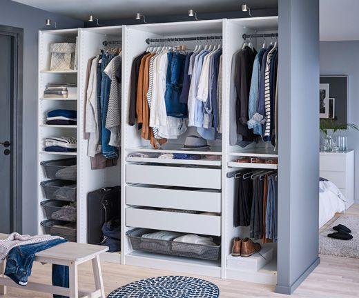 Schranksysteme Schlafzimmer ~ Ein helles mittelgroßes schlafzimmer u a eingerichtet mit hohem