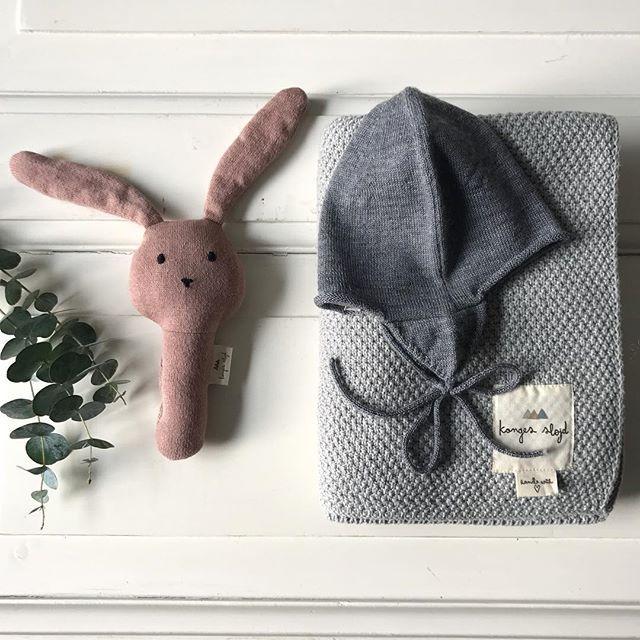 • babypakke på vej til en heldig modtager i Sverige 💗 vidste du, at vi sender til hele Sverige for bare 49kr og giver fri fragt ved køb over 999kr? 🇸🇪 Den søde kanin og det strikkede bomuldstæppe er fra Konges Sløjd mens den søde lille uld strikhue er fra Poppy Rose. Må i have en skøn dag 🙋🏼 #kongessløjd #poppyrose