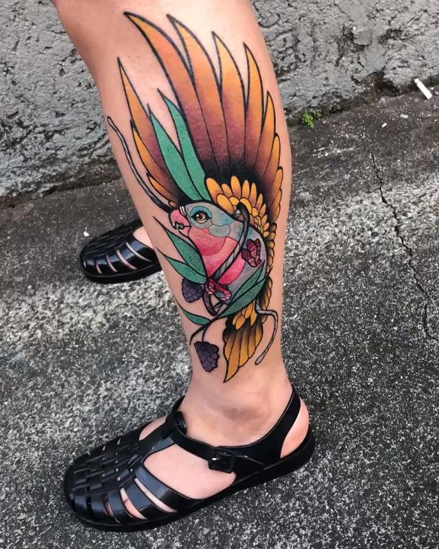 Tatuagem de pássaro colorido