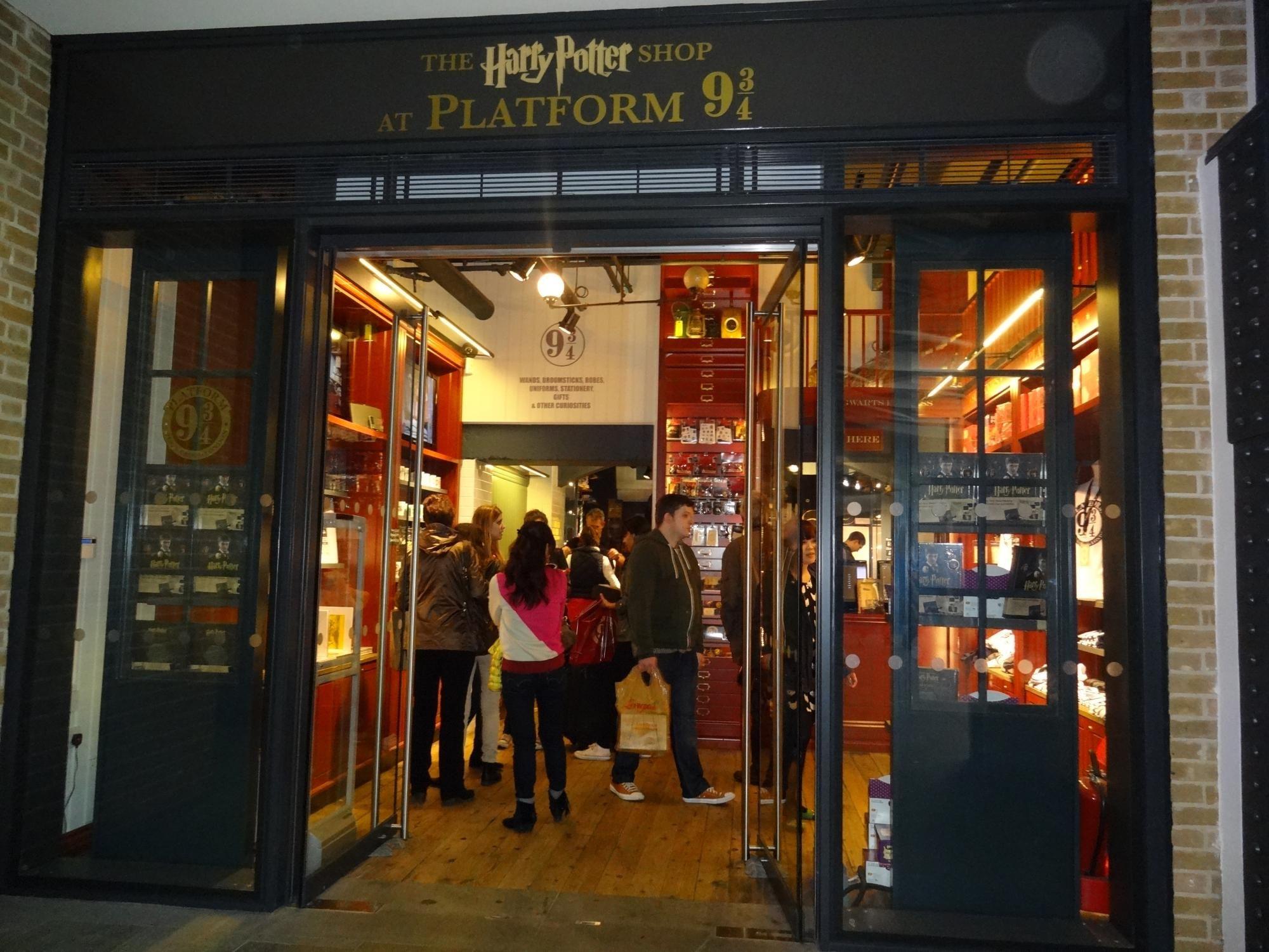 Harry Potter Shop At Platform 9 3 4 London England Harry Potter Locations Harry Potter London London Tours