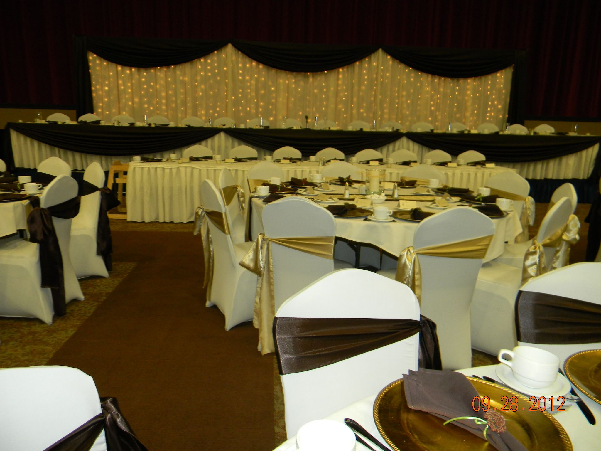 head table backdrop ivory chair covers brown alternating with
