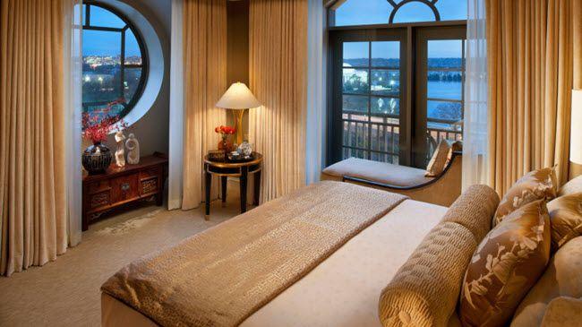 Спальня с двумя окнами на одной и разных стенах. 30 фото ...