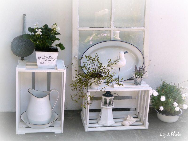 alte weinkisten altes fenster und emaille kombiniert mit wei en und gr nen pflanzen sch ner. Black Bedroom Furniture Sets. Home Design Ideas