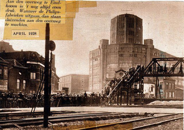 Voetgangersbrug Woenselse overweg 1928 | Hier kun je goed zien hoe dicht de spoorweg bij de bebouwing lag. De brug werd ook wel 'brug der zuchten' genoemd.