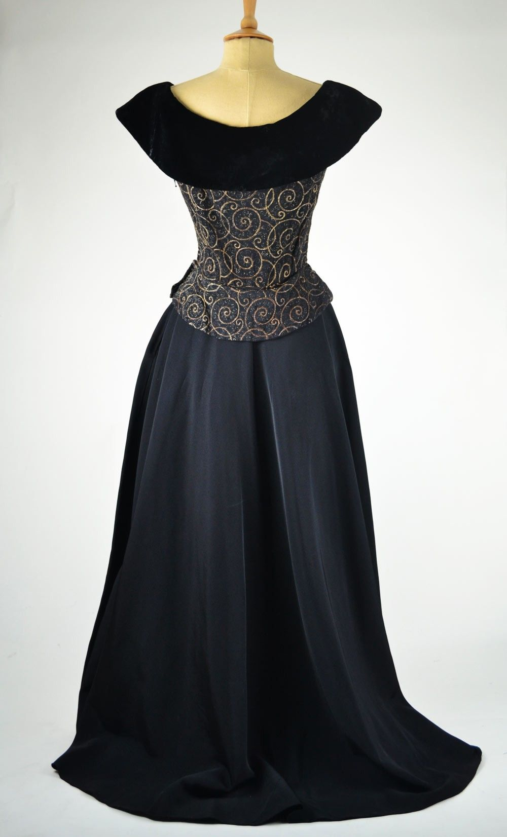 Vintage Evening Dresses From The 1940 S 1940s Vintage Evening Dress Black Grosgrain And Velve Evening Dresses Vintage Black Evening Dresses Vintage 40s Dress [ 1652 x 1000 Pixel ]