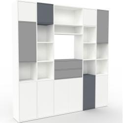 Photo of Wohnwand Weiß – Individuelle Designer-Regalwand: Schubladen in Grau & Türen in Weiß – Hochwertige Ma
