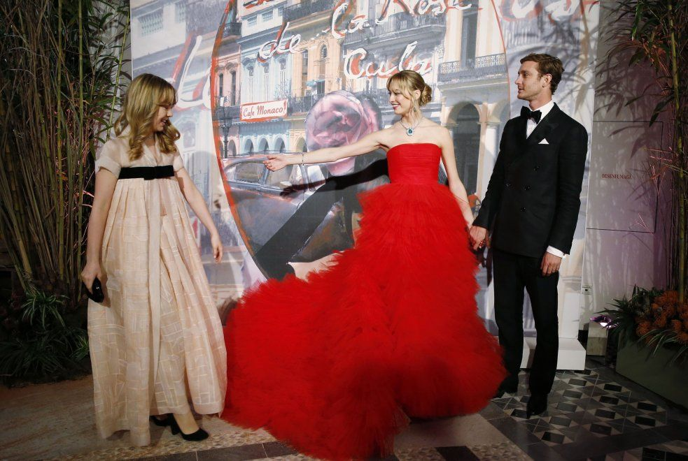 Beatrice, prove da principessa: al ballo della Rosa ruba la scena a Charlotte - Spettacoli - Repubblica.it