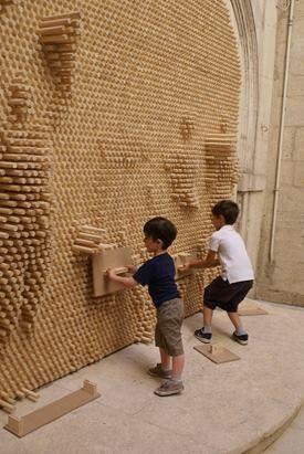 pinscreen installation_BYME  ce mur s'anime lorsque l'on pousse les bâtons de bois en en ressortent. des formes s'animent alors sur la surface dont les modules mouvant ne semblent former qu'un seul corps.