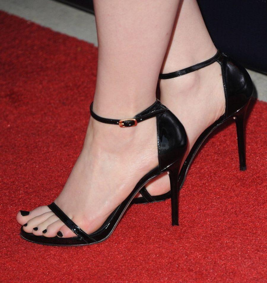 Kat-Dennings-Feet-1485620.jpg (900×956)