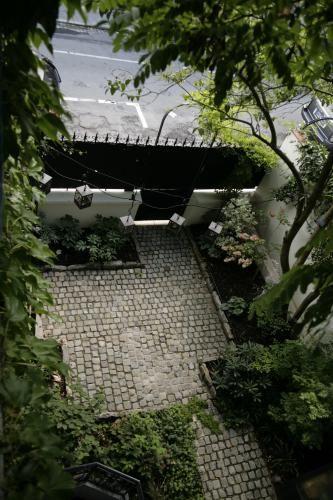 Petite cour pavée dans Boulogne Conception Canopées Cour