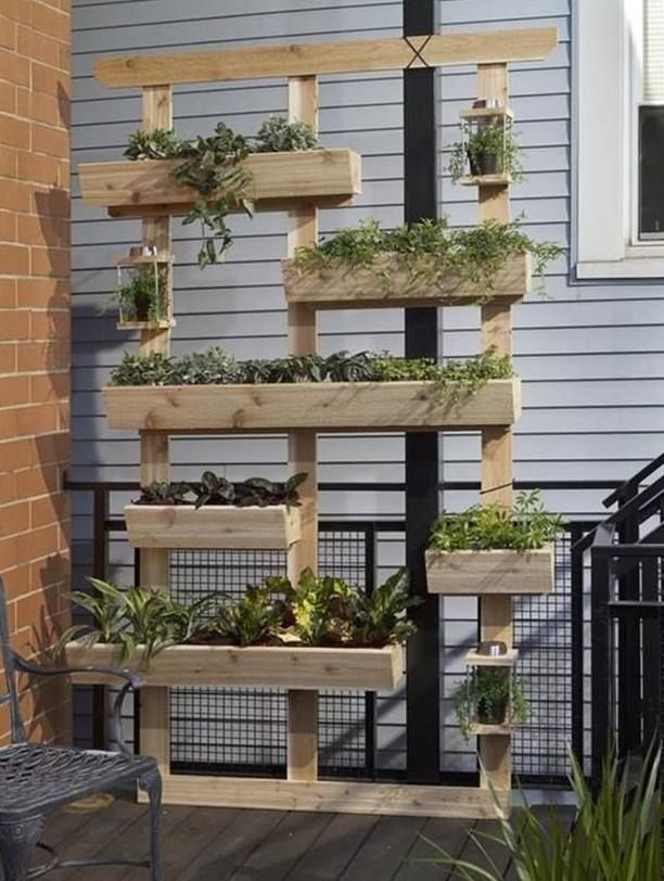 A decoração sustentável  está em alta! Além de não agredir o ambiente reciclando coisas velhas, os caixotes e pallets de madeira sem...