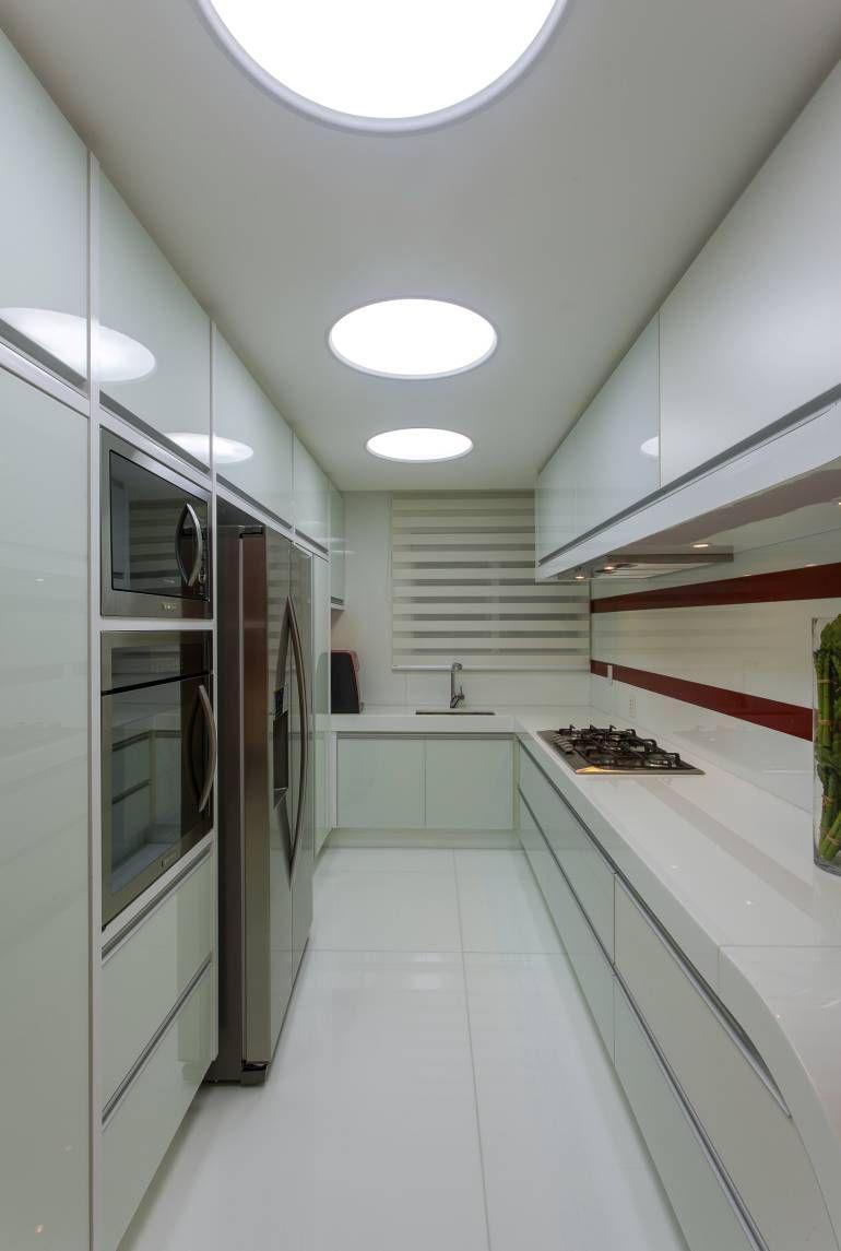 Cozinha Pequena E Moderna Branca E Vermelha Com Layout Corredor