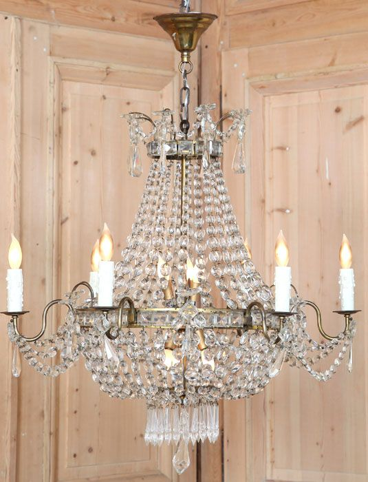 Perfect for adding a little dazzle to your decor, the sack of pearls antique chandelier combines a pleasing shape with hundreds of faceted crystals to play on the light and create a superlative ambiance.