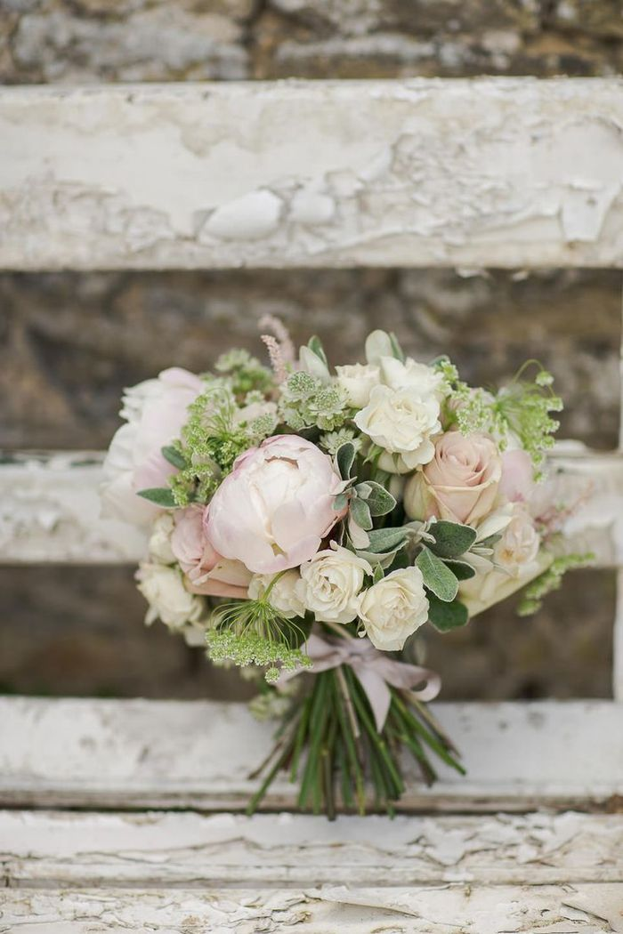 rosa und weiße Blumen mit grünem Akzent Brautstrauß Sommer auf einem Jahrgang … - Hochzeit ideen #pinkbridalbouquets