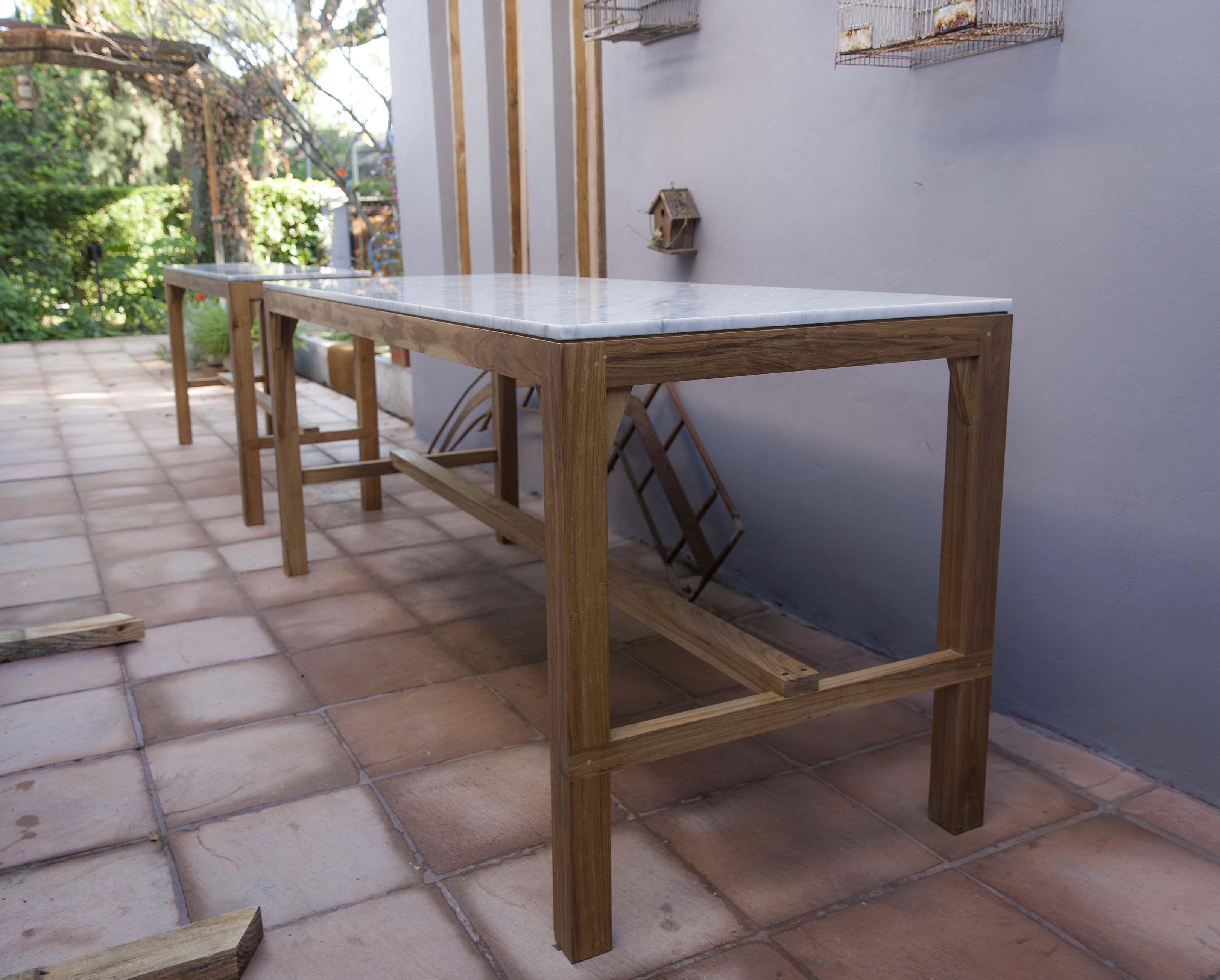Mesa alta madera de petiribi y tapa de m rmol de carrara - Alicatar cocina detras muebles ...