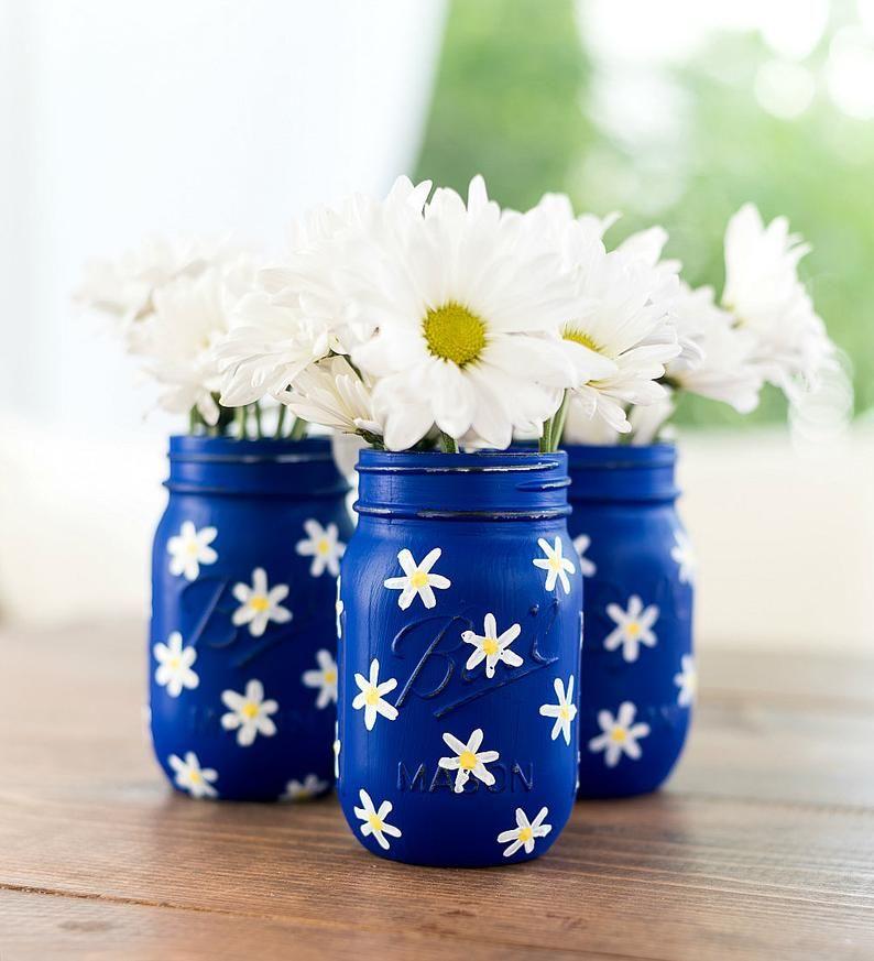 Daisy Painted Mason Jars - Cobalt Blue Painted Mason Jars with Daisies #paintedmasonjars