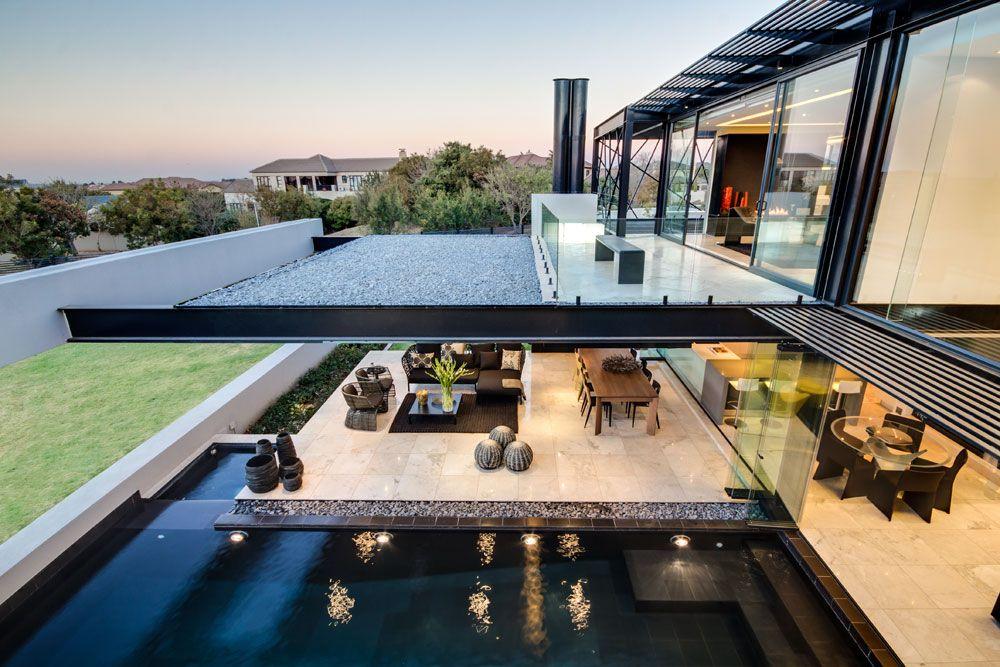 Vista De Una Villa Moderna Con Piscina En El Primer Y Segundo Piso De La  Vivienda