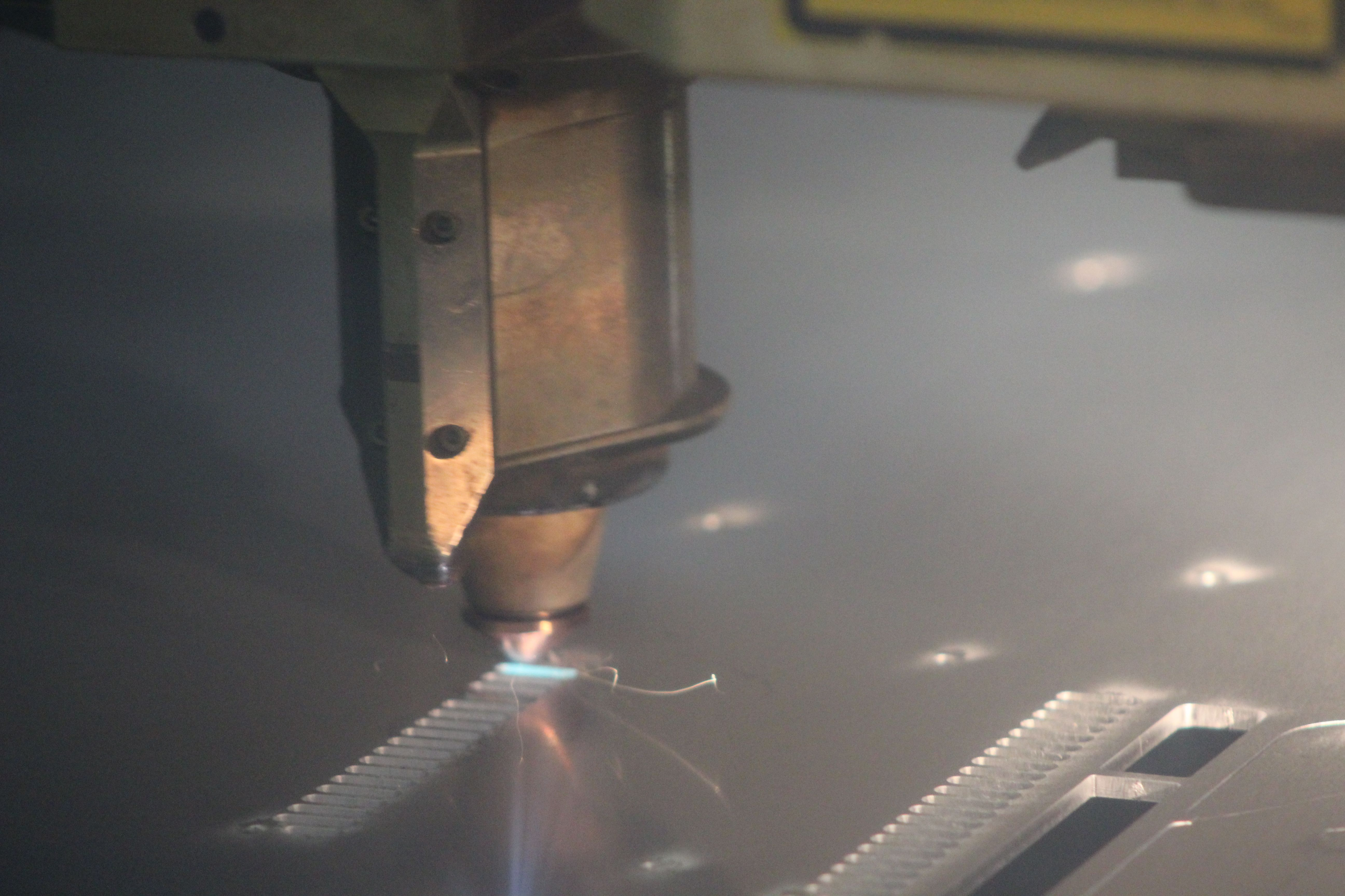 Empezamos la semana en Lasertall ofreciendo nuestros servicios.  El corte por haz láser es un proceso de corte térmico que utiliza fundición o vaporización altamente localizada para cortar el metal con el calor de un haz de luz coherente, generalmente con la asistencia de un gas de alta presión.   Si quieres saber más sobre nosotros, entra en nuestra web. http://www.lasertall.com/