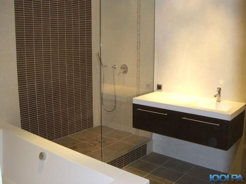 Douche italienne et baignoire dans petite salle de bain - Idee salle de bain originale ...