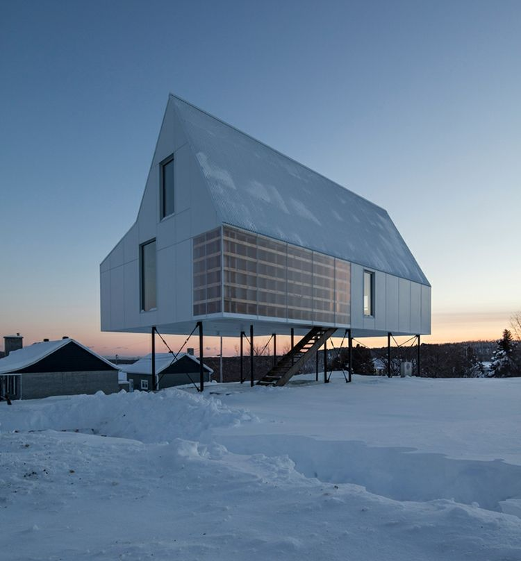 Hausbau satteldach  weißer-beton-satteldach-hausbau-wohnen--angehobenes-haus | Small ...