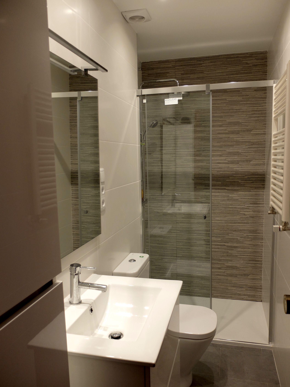 Reforma de baño en Barcelona con ducha y mampara | por Accesible ...