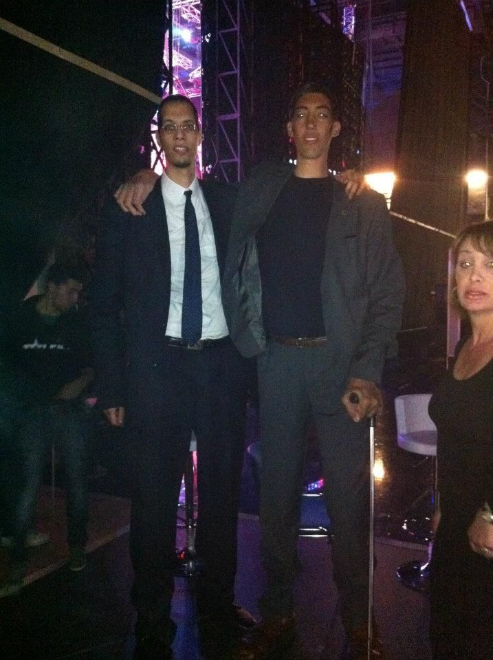 This is Brahim Takioullah and Sultan Kosen, the two tallest men in the world, out on the town. Sultan is 8'3''… | Human oddities, Tall people, Extraordinary people